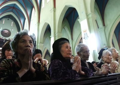 VIETNAMESE WOMEN PRAY DURING MASS
